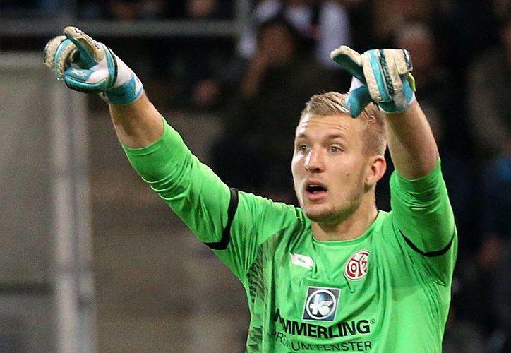 El jugador del Mainz pateó el aire, error que casi le cuesta un gol. (Foto: Contexto/Internet)