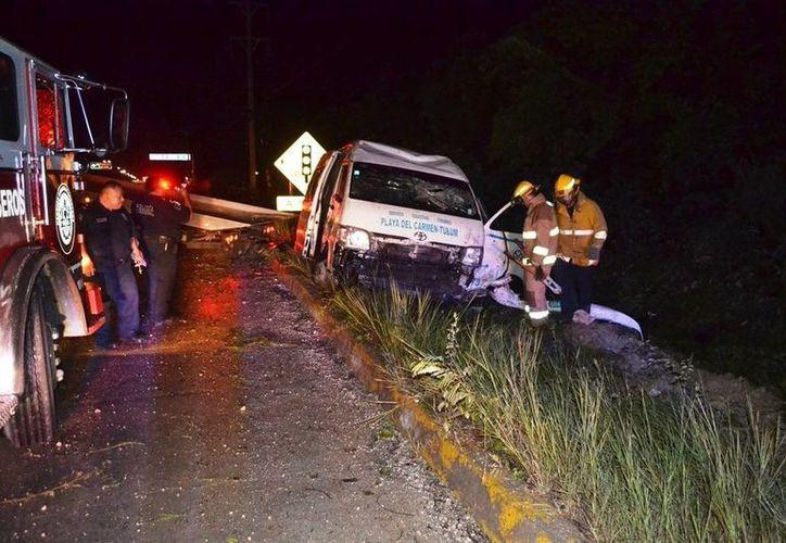 Una camioneta de transporte foráneo de pasajeros quedó destruida luego de patinar y volcar sobre el bulevar Playa del Carmen.  (Redacción/SIPSE)