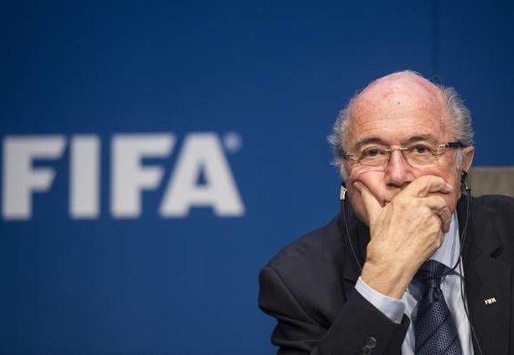 La FIFA dejó intactas las plazas continentales para los dos próximos mundiales, en los que Sudamérica tendrá cuatro y medio boletos y la Concacaf conservará sus tres y medio. La imagen es de Joseph Blatter, presidente del organismo. (AP)
