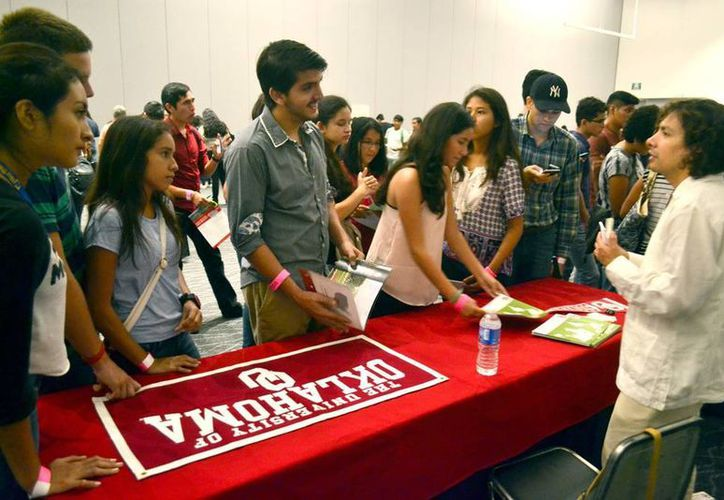 Unos 500 jóvenes asistieron a la Feria de Movilidad, en busca de una beca para estudiar en Estados Unidos. (Milenio Novedades)