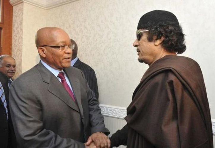Jacob Zuma con el fallecido Muamar Gadafi. (Archio SIPSE)