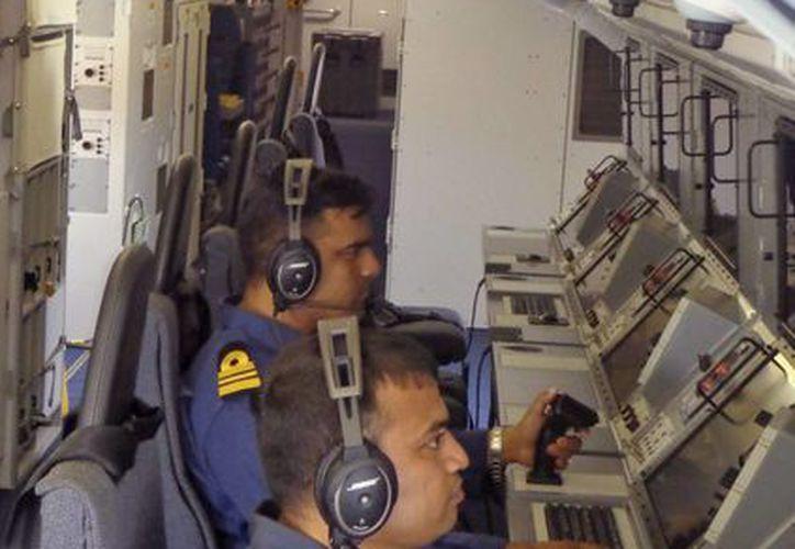 La búsqueda del avión ha sido exhaustiva y en ella participan varios países. En la imagen, navales de India durante el rastreo. (Agencias)