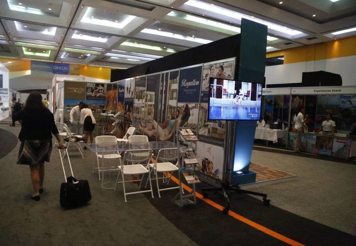 En el tercer nivel del Centro de Convenciones de Cancún se instalaron 112 stands. (Israel Leal/SIPSE)