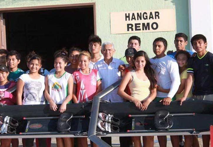 La Selección Yucatán de remo y canotaje recibió en Progreso una embarcación para entrenar. (Milenio Novedades)