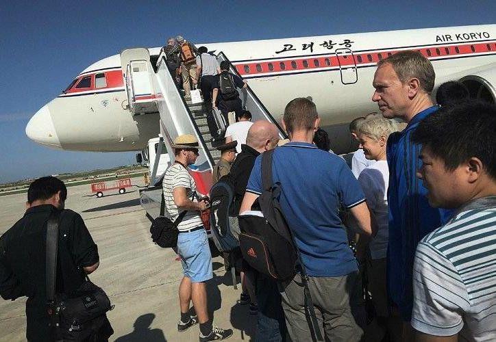 En esta imagen, tomada el 27 de junio de 2015, pasajeros embarcan en un avión de Air Koryo en el aeropuerto internacional de Pyongyang, en la capital norcoreana. (Agencias)