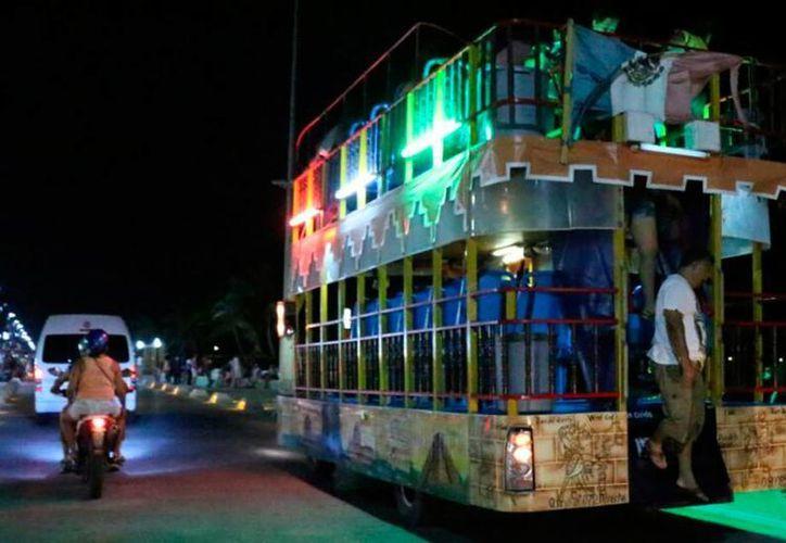 Autoridades y empresarios de Progreso buscan que los veraneantes se quedan más tiempo en el puerto, por eso buscan 'activar' espectáculos nocturnos. (José Acosta/SIPSE)