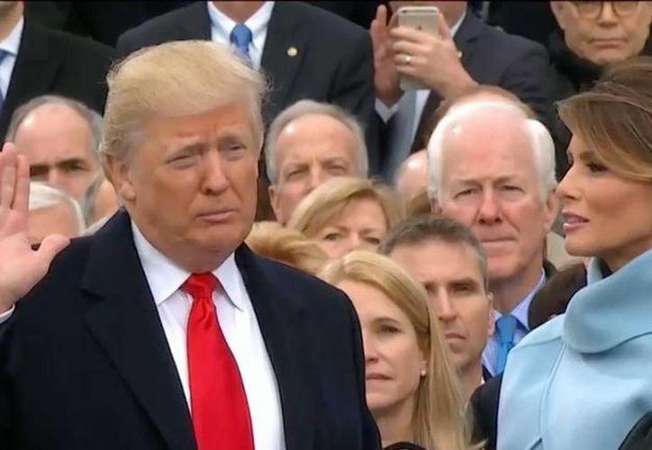 Donald Trump al momento de jurar como el presidente número 45º de los Estados Unidos de América. (Captura de pantalla)