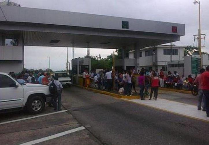 Profesores de la CNTE tienen bajo su control la caseta de cobro en el tramo de San Pablo Huitzo, en la vía Oaxaca-México. (Milenio)