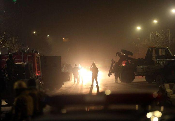 Fuerzas de seguridad afganas vigilan el sitio de un ataque terrorista cerca a la embajada española en el centro de Kabul, Afganistán. (Agencias)