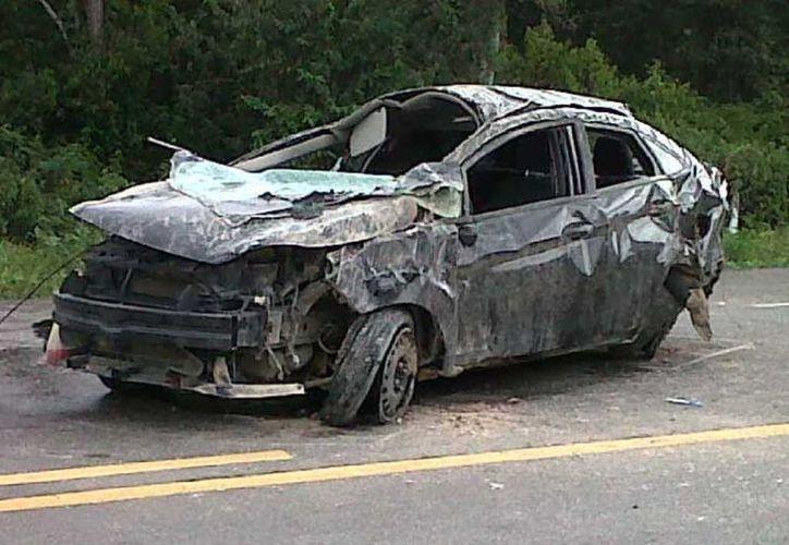 Inservible quedó el Ford Fiesta tras el percance. Los restos de la unidad fueron llevados al corralón de Felipe Carrillo Puerto. (Carlos Yabur/SIPSE)
