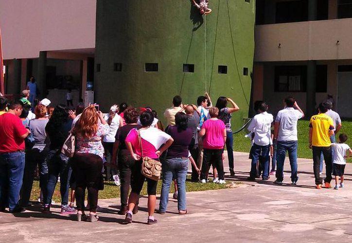 Estudiantes del Instituto Militarizado del Sureste demuestran sus habilidades en descenso a rapel, en la ceremonia con motivo del Día de la Bandera. (SIPSE)