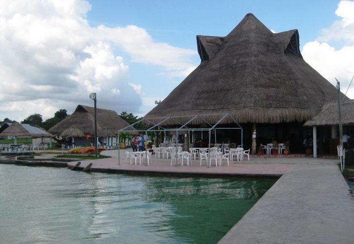 El clima frío y las rachas de viento que se sintieron parte del fin de semana en Bacalar, inhibió la presencia de bañistas. (Javier Ortiz/SIPSE)
