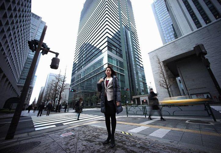Eriko Sekiguchi a menudo trabaja 14 horas diarias para una operadora financiera, incluidas reuniones de madrugada y/o encuentros con clientes tras su horario laboral. (Agencias)