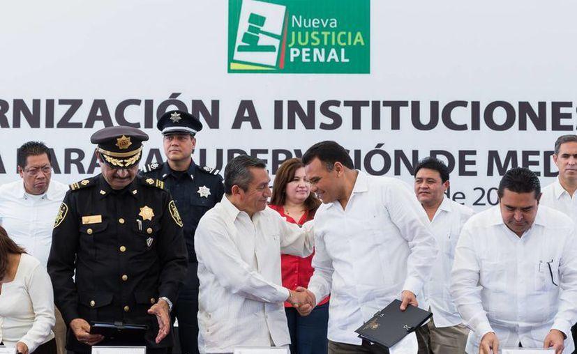 El gobernador Rolando Zapata Bello atestiguó la firma del acuerdo. (SIPSE)