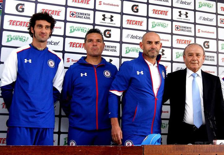 Paco Jémez (c) fue presentado oficialmente como nuevo entrenador del Cruz Azul, quien se podría meter en problemas de descenso en el próximo torneo.(Notimex)