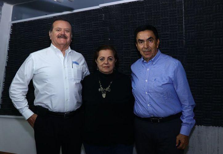 Los conductores Esperanza Nieto y Jorge Barrera con el doctor Salvador González Gutiérrez. (Jorge Acosta/SIPSE)