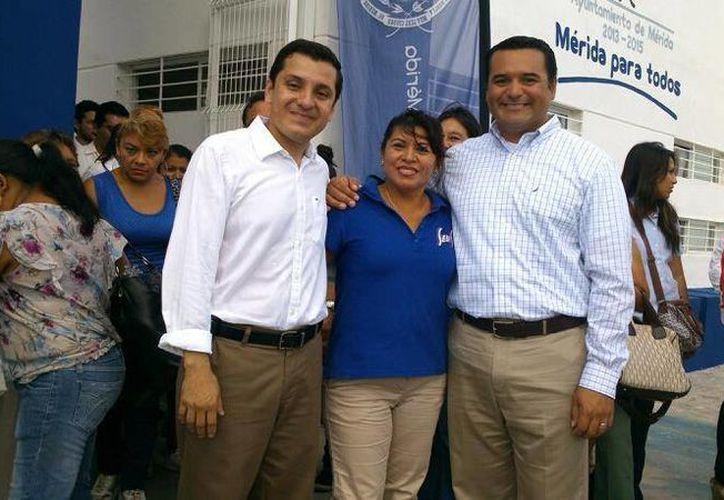 Manuel Díaz Suárez, una empleada municipal y el alcalde Renán Barrera en un acto oficial. (Facebook)