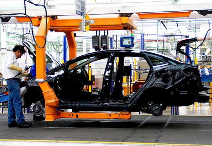 Desde que ganó las elecciones, Trump aseguró a los estadunidenses que las compañías del sector automotriz volverían a invertir en el país. (Shutterstock)