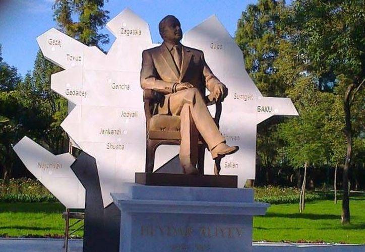 Heydar Aliyev es considerado por algunos mexicanos como un dictador. Esta es su estatua cuando estaba colocada en el Paseo de la Reforma. (cna.org.ar)