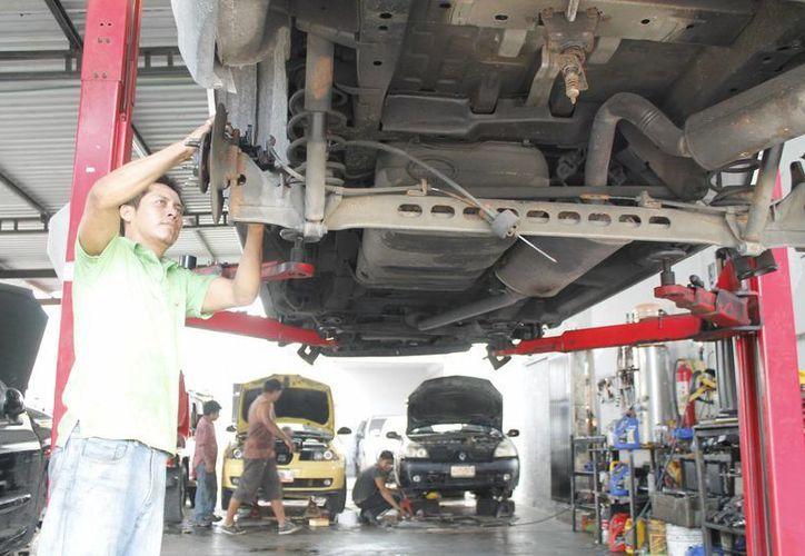 Los comercios establecidos brindan una mayor garantía a los automovilistas, y en los cuales puede actuar la Profeco. (Jesús Tijerina/SIPSE)