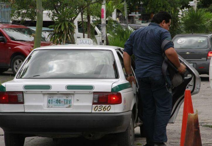 El líder taxista señala que son afectados por la transnacional Uber. (Tomás Álvarez/SIPSE)
