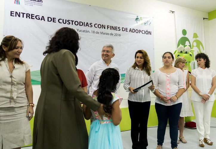 Ayer se realizó la entrega en adopción de 10 menores a familias yucatecas en el DIF Estatal. (Milenio Novedades)