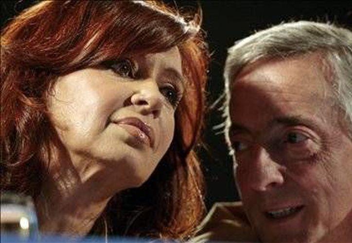 La actual presidenta de Argentina, Cristina Fernández, y su extinto esposo, Néstor Kirchner. (EFE)