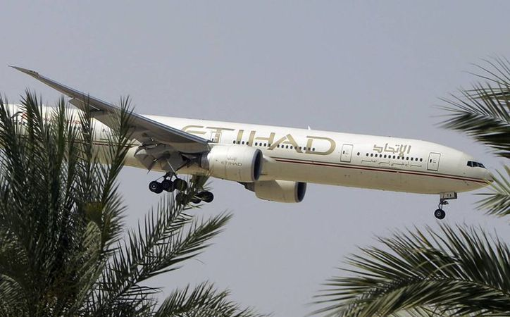 Foto de archivo de un avión se Etihad Airways se prepara para aterrizar en el aeropuerto de Abu Dabi, Emiratos Árabes Unidos. (Agencias)