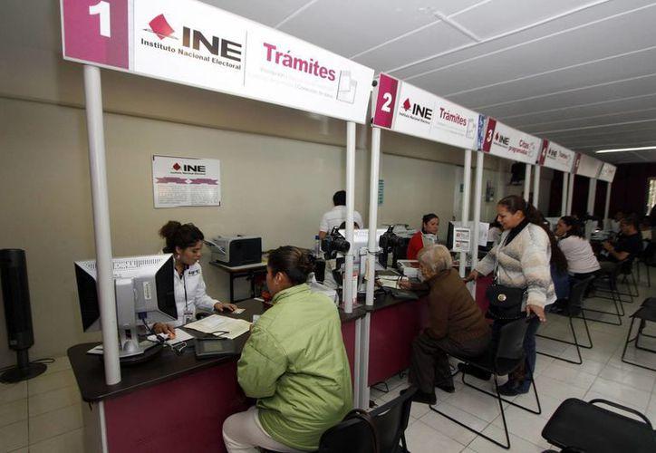 Desde hoy, la ciudadanía puede tramitar o modificar los datos de la Credencial para Votar. En la imagen, atención a ciudadanos en un módulo del INE en Puebla. (Archivo/Notimex)