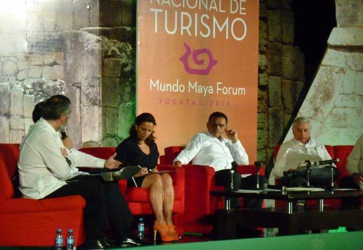 """Los participantes en el foro """"Leyes para el Turismo"""". (Redacción/SIPSE)"""