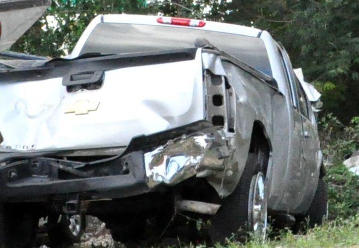 Los restos de la camioneta Chevrolet Silverado fueron llevados al corralón para iniciar con el deslinde de responsabilidades. (Manuel Salazar/SIPSE)