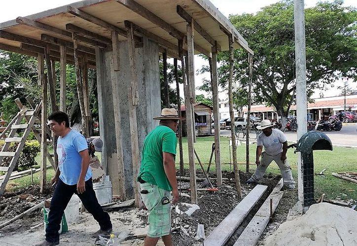 El módulo que se construye en el parque central contará con bancas alrededor con capacidad para más de 15 personas. (Javier Ortiz/SIPSE)