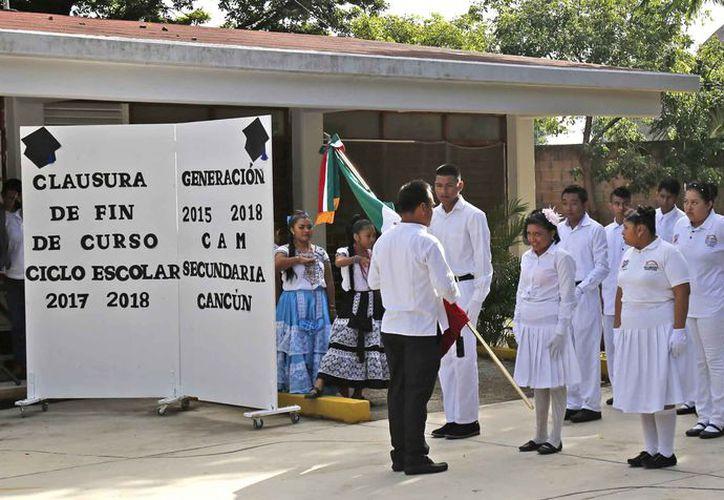 Los alumnos de la escolta participaron en la entrega a la generación que viene detrás. (Jesús Tijerina/SIPSE)