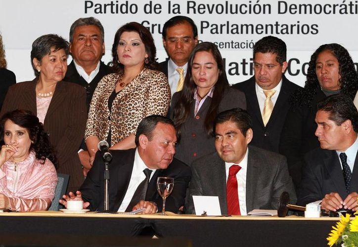 Jesús Zambrano y Miguel Barbosa (ambos al centro) defendieron la necesidad de que la reforma energética sea objeto de consulta popular. (Notimex)