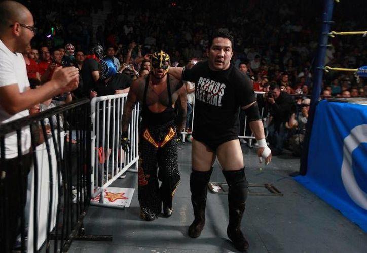 Rey Mysterio (i) y El Hijo del Perro Aguayo (d) tenían una gran amistad, pese a que arriba del ring se enfrentaban. (Foto tomada de frontera.info)