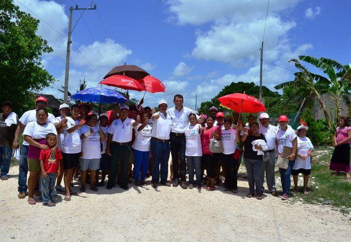 Candidato durante su recorrido en las colonias populares. (Lanrry Parra/SIPSE)