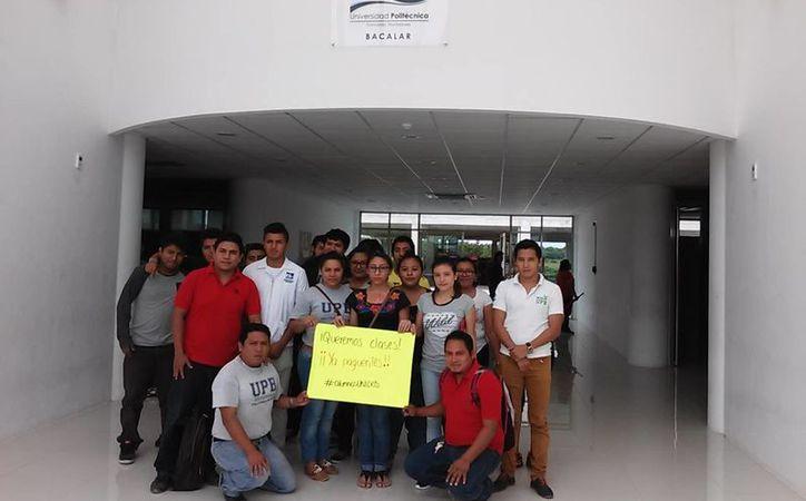 Un grupo se manifestó de manera pacífica en las instalaciones de esa casa de estudios. (Javier Ortíz/ SIPSE)