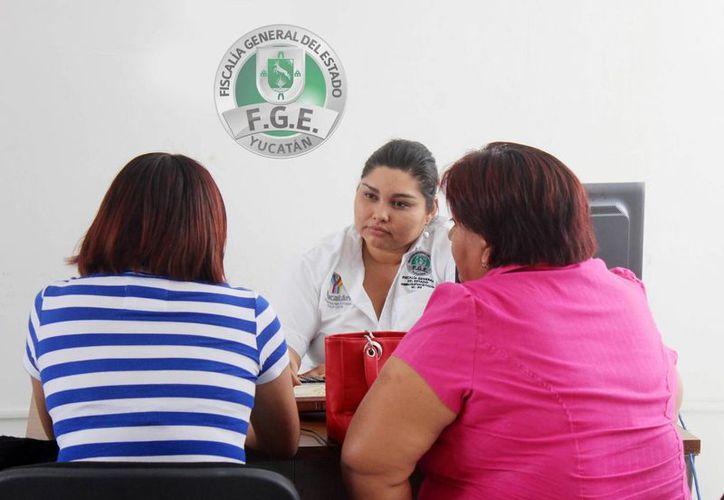 Los funcionarios de la Unidad de Atención Temprana informan acerca del Sistema de Justicia Acusatorio y Oral en la capital yucateca, a los ciudadanos que acuden a la FGE. (Milenio Novedades)