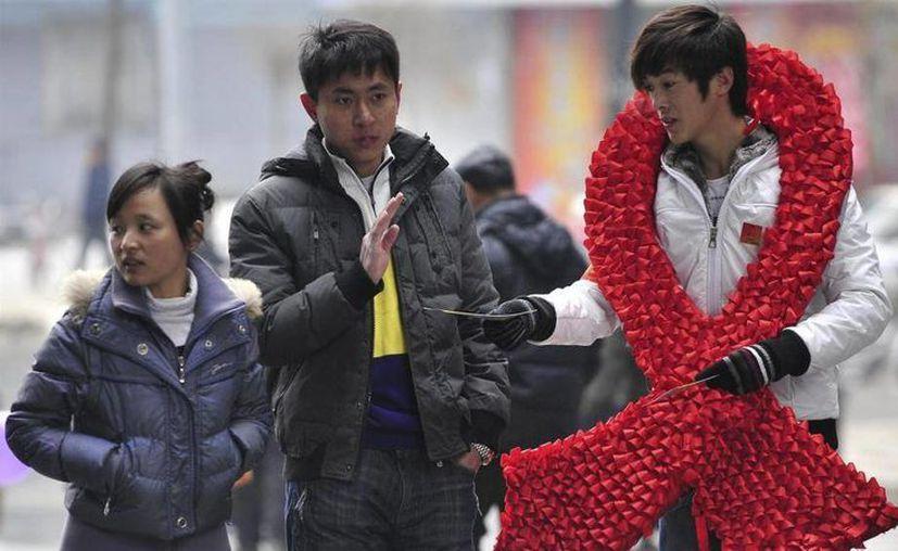 En la ciudad china Shenyang, un joven se niega a recibir información sobre el VIH (Archivo/AP).