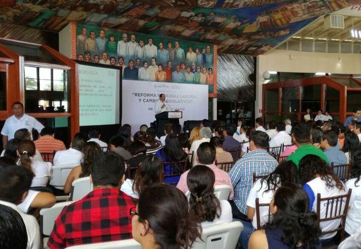 Luis Macise Saade, jurista especialista, impartió una conferencia previa a la homologación de la legislación local con la federal. (Joel Zamora/SIPSE)