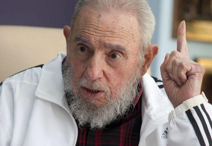 Imagen del 11 de julio de 2014, del líder cubano Fidel Castro, quien dialoga con el presidente ruso Vladimir Putin (fuera de foco) en La Habana, Cuba. (Foto: AP/Alex Castro)