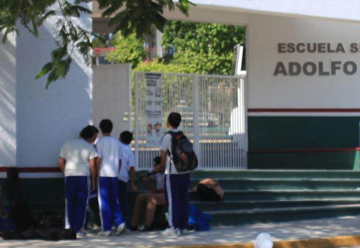 Alumnos de la secundaria número 27 reconocen que su institución no cuenta con un nivel óptimo, debido a la constante suspensión de clases. (Juan Palma/SIPSE)