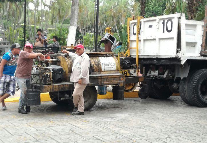 Burócratas municipales, todos empleados de Obras Públicas, pararon labores para protestar porque no se les ha cumplido con la promesa de aumento salarial. (Fotos y video: Katia Leyva/SIPSE)