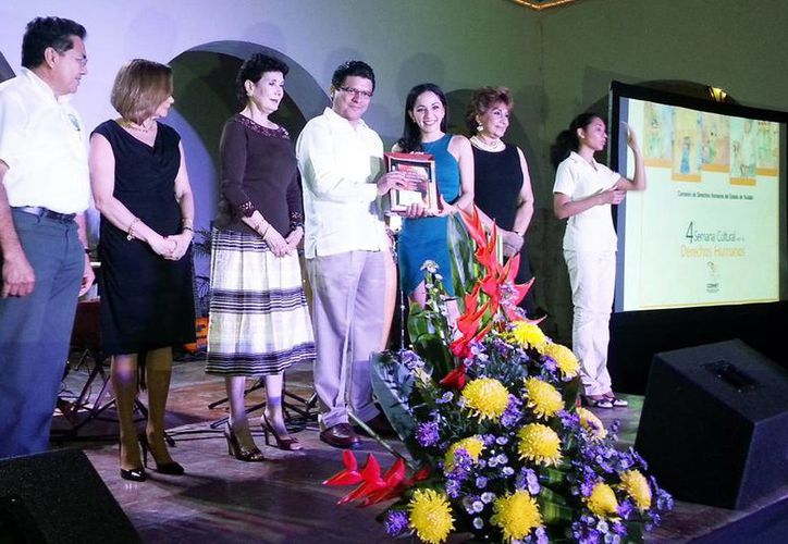 El presidente de la Codhey entrega el premio a Ana Paulina Ortega. (Milenio Novedades)