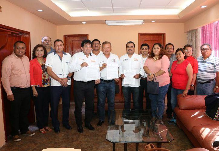 El presidente municipal firmó un convenio con los representantes del sindicato de maestros y directiva ejidal. (Raúl Balam/SIPSE)