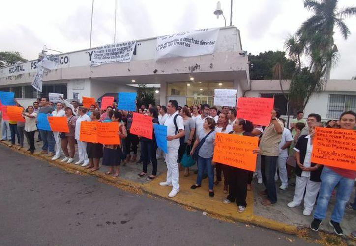 Enfermeros, doctores y administrativos se manifestaron contra las anteriores autoridades del nosocomio. (Fotos: José Acosta/ Novedades Yucatán)