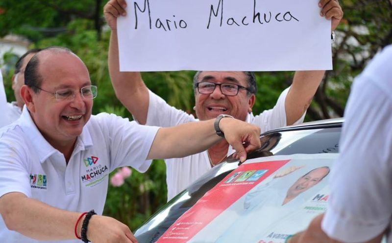Candidato por la coalición Todos por Quintana Roo, durante el encuentro con el gremio de taxistas. (Foto: SIPSE)
