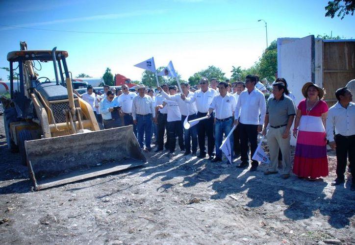 Autoridades participantes dan el banderazo de inicio de la obra de acceso a la Universidad. (Cortesía/SIPSE)