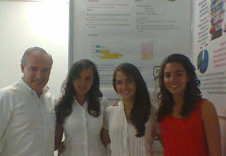 Profesor y alumnas que participan en la Tercera Feria de Investigaciones de la Universidad Anáhuac. (Yolanda Gallardo/SIPSE)
