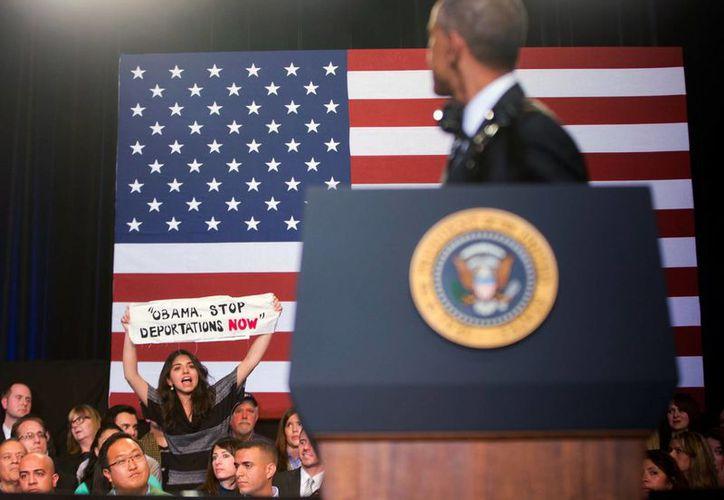 El presidente Barack Obama fue interrumpido por una joven que le pidió frenar la deportación de inmigrantes, durante un discurso desde el Centro Comunitario Copernicus. (Foto AP/Pablo Martinez Monsivais)